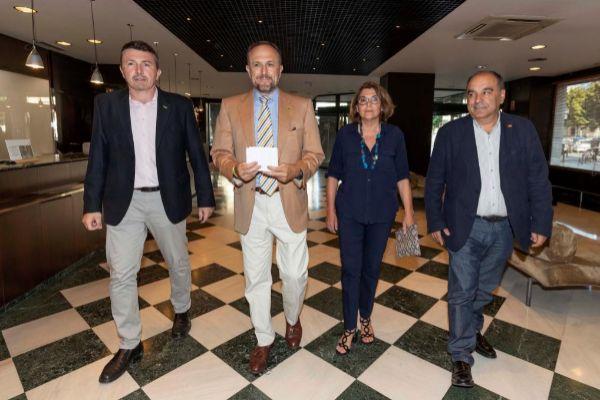 El negociador de Vox en la Región de Murcia, Luis Gestoso (con...