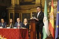 Sergio López Sanz lee su discurso en nombre de los universitarios premiados en la Universidad de Sevilla.
