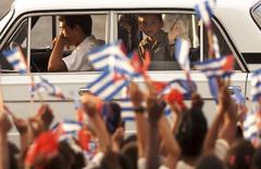 El niño Elián saluda hace 20 años a su llegada al aeropuerto de La Habana.