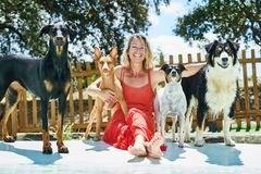 Elsa Martín Olsen, con sus perros.