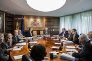 Los magistrados del Tribunal Constitucional, con el presidente Juan José González Rivas (centro), en una reunión, en 2017.