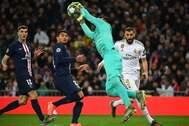 Keylor ataja un balón ante Benzema.