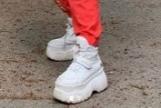 Por qué los niños no deberían usar las zapatillas de Rosalía (ni las de ruedas)