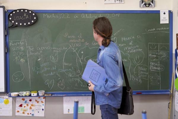Día del maestro. Un profesor frente a la pizarra de su clase.