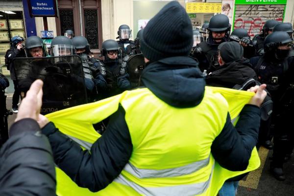 'Chalecos amarillos' protestando en París.