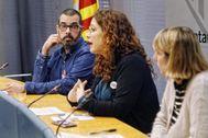 Enric, usuario del servicio del Ayuntamiento, la concejal Laura Pérez y la directora del programa, Mariona Auradell.