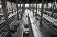 Un tren de alta velocidad de Renfe aparcado en la estación de Atocha.