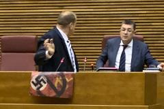 Vox incendia el Parlamento valenciano al exhibir una esvástica y un símbolo comunista