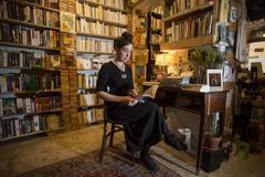 Una persona lee en la Librería Internacional Desperate Literature de Madrid.