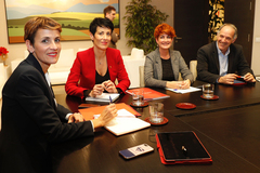 De izqda. a dcha., la presidenta navarra María Chivite, su consejera de Hacienda (Elma Saiz) y los miembros de EH Bildu, Bakartxo Ruiz y con Adolfo Aráiz, este miércoles, en Pamplona.