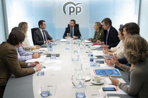 El presidente del PP, Pablo Casado (centro), preside la reunión del...