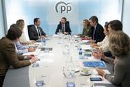 El presidente del PP, Pablo Casado (centro), preside la reunión del comité de dirección del partido, este martes, en Madrid.