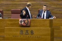 El diputado de Vox David García conversa con el presidente de las Cortes tras exhibir los símbolos tachados