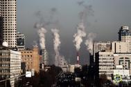 Columnas de humo de las chimeneas de una central térmica en Moscú.