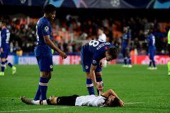 Gayà, tendido sobre el césped con una lipotimia, al final del partido ante el Chelsea.