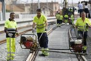 Operarios trabajando en un tramo ferroviario de la provincia.