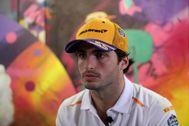 """AME4233. SAO PAULO (BRASIL).- El piloto español <HIT>Carlos</HIT> <HIT>Sainz</HIT>, de la escudería McLaren, reacciona en entrevista con Efe este miércoles, en una calle de Sao Paulo (Brasil). <HIT>Sainz</HIT> afirmó este miércoles en una entrevista con Efe que, en este momento, subirse al podio es """"soñar"""", algo """"extremadamente difícil"""" que espera que no lo sea tanto a partir de 2021, cuando se produzca un cambio profundo en la reglamentación."""
