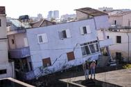 Edificios inclinados y a medio derruir por el terremoto, en Durres (Albania).