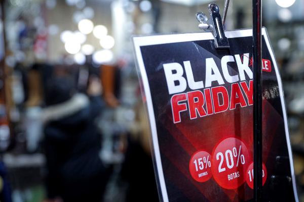 Cartel en Madrid con ofertas por el Black Friday