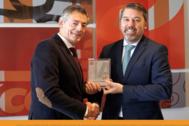 El director general de Consum, Juan Luis Durich, recibe el premio de manos del director general de Fundación Másfamilia, Rafael Fuertes.