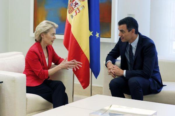 Imagen de archivo de Pedro Sánchez con la presidenta de la Comisión...