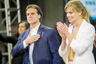 Luis Lacalle Pou, junto a su esposa Lorena Ponce de León, en Montevideo.