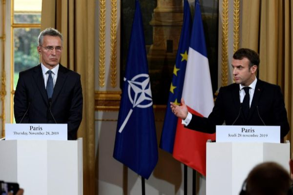 Jens Stoltenberg, secretario general de la OTAN, junto a Emmanuel...