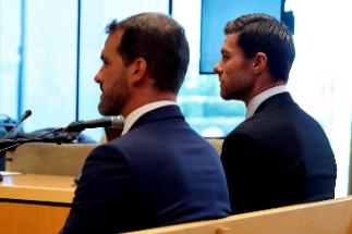 Ivan Zaldua, junto a Xabi Alonso, en el banquillo de los acusados de la Audiencia Provincial, el pasado 9 de octubre.