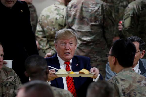 El presidente estadounidense, Donald Trump, cena con las tropas en Afganistán.