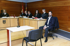 Miguel López junto a su letrado, las acusaciones y la magistrada.