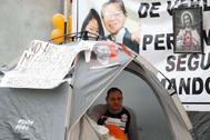"""AME4578. LIMA (PERÙ).- El estadounidense Mark Vito, esposo de la lideresa opositora <HIT>Keiko</HIT> Fujimori, protesta en los exteriores del penal donde se encuentra <HIT>Keiko</HIT>, este jueves 14 de noviembre de 2019, en Lima (Perú). A escasos días de que el Tribunal Constitucional resuelva un pedido de excarcelación para la excandidata, Vito explicó que ha tomado """"esta medida en una protesta contra tantos abusos, tantos excesos, tantas jugadas de parte del Ministerio Público"""", que ha abierto una investigación por lavado de activos contra Fujimori."""
