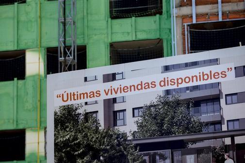 Carteles de venta de viviendas este viernes en Madrid capital.