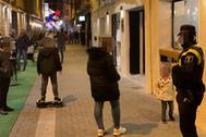 Un agente local vigila la calle Pare Molina.