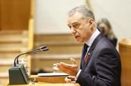 El lehendakari Urkullu durante su intervención en el pleno de control celebrado hoy en el Parlamento Vasco.