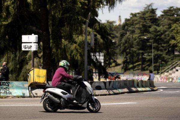 Un repartidor de Glovo durante una entrega en Madrid.