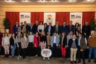 Representantes municipales junto a los alumnos premiados.