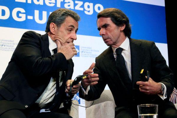 El ex presidente del Gobierno José María Aznar (d) y el ex jefe del...