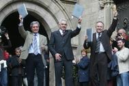 De izqda. a dcha., Joan Saura, Pasqual Maragall y Josep Lluís Carod Rovira, muestran su rúbrica del primer Gobierno tripartito catalán, en 2003.