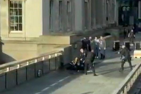 Momento en el que reducen y disparan al atacante del Puente de...