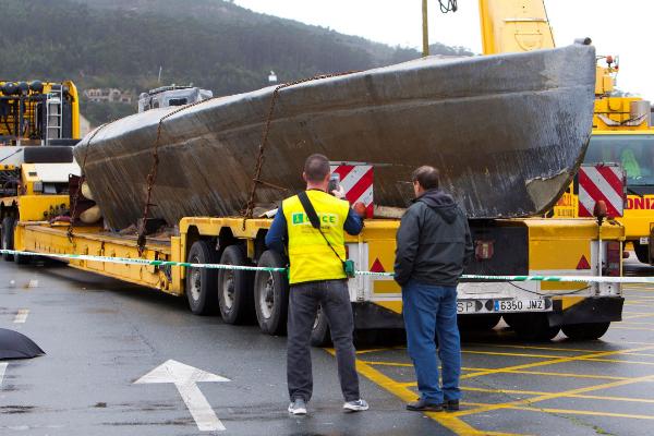 La Guardia Civil reflota el narcosubmarino detenido en la ría de...