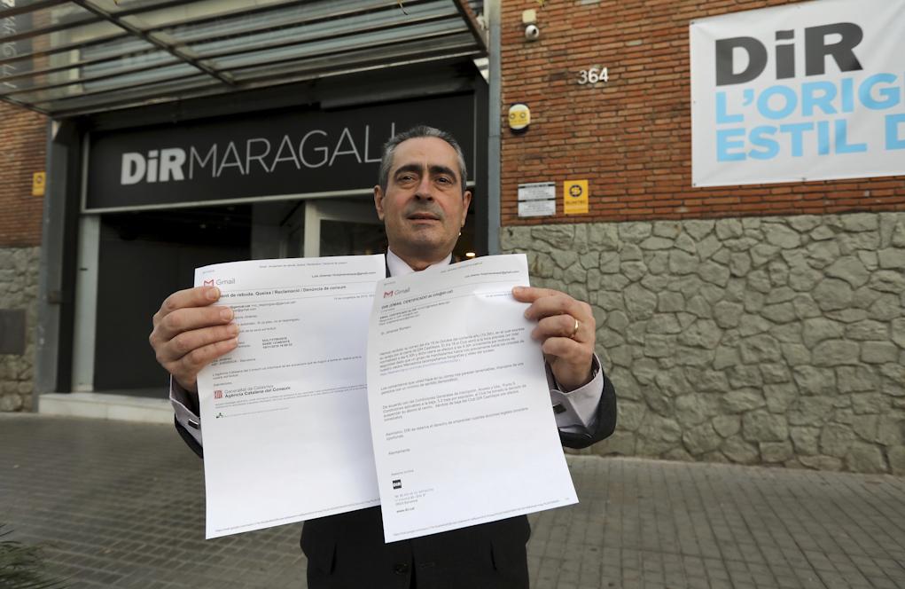 Luis Giménez posa con los correos de la denuncia, tras ser expulsado...