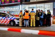 Policía holandesa en la escena del apuñalamiento, en La Haya.