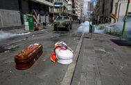 Los ataúdes con los cuerpos de Clemente y Antonio cuando que-daron en mitad de la calle, en La Paz. Habían muerto días antes en El Alto en protestas contra el Gobierno interino.