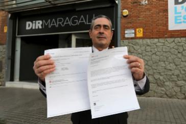 Luis Giménez posa con los correos de la denuncia, tras ser expulsado del gimnasio.
