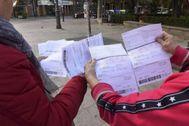 Dos vecinas de Barberà muestran el impuesto.