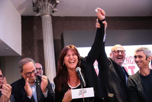 Laura Borràs (centro) celebra los resultados electorales de de Junts...
