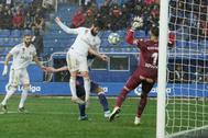 Isco remata ante Pacheco justo antes del gol de Carvajal.