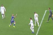 Aleix Vidal hace un corte de mangas en la cara de Ramos
