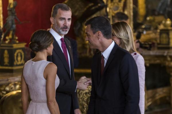 El Rey se dirige a Pedro Sánchez, en el acto celebrado con motivo de...