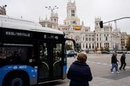 Un autobús de la EMT en la plaza de Cibeles.